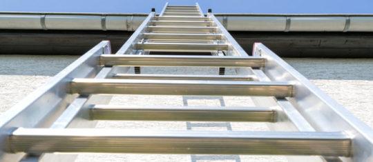 Une échelle de toit